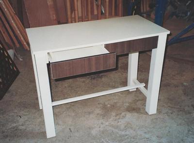שולחן קטן לבן