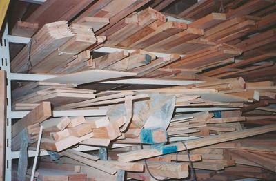 עצים ופלטות במחסן