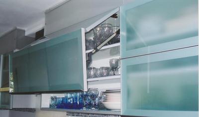 חידוש דלתות מטבח משולבות זכוכית