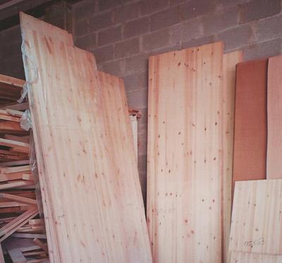 פלטות עץ נשענות על קיר