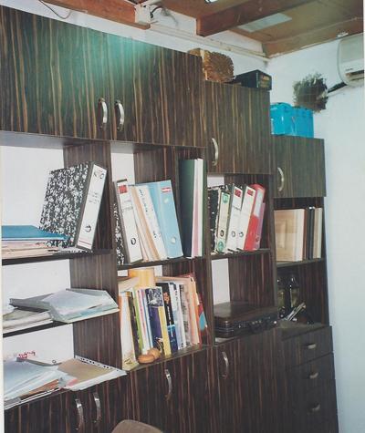 ארון מדפים במשרד של אבי