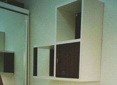 מדפים מעץ תלויים על קיר