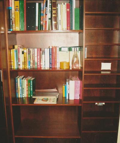 ארונית עם מדפים לספרים