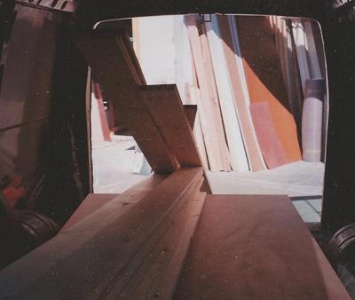 מדפים מעץ ברכב הובלה