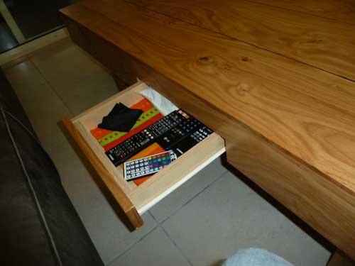 שולחן סלון עם מגירה פתוחה