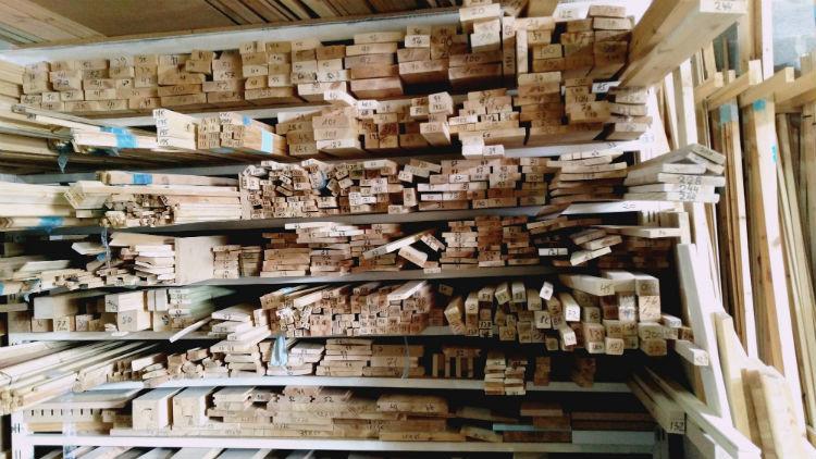ערמה של פרופילי עץ 1