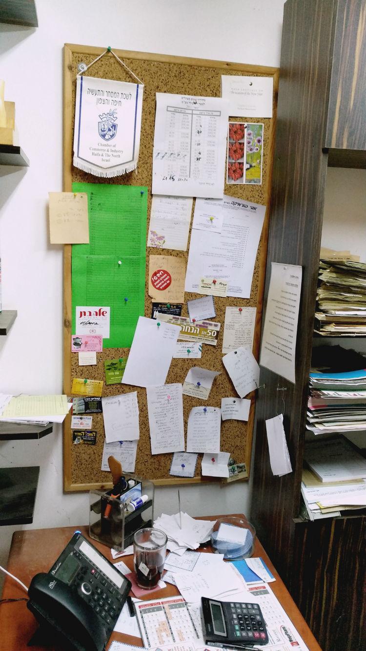לוח שעם תלוי על הקיר